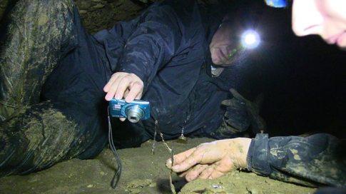 Dr. Semir fotografía la el resto de una planta en las profundidades del túnel.