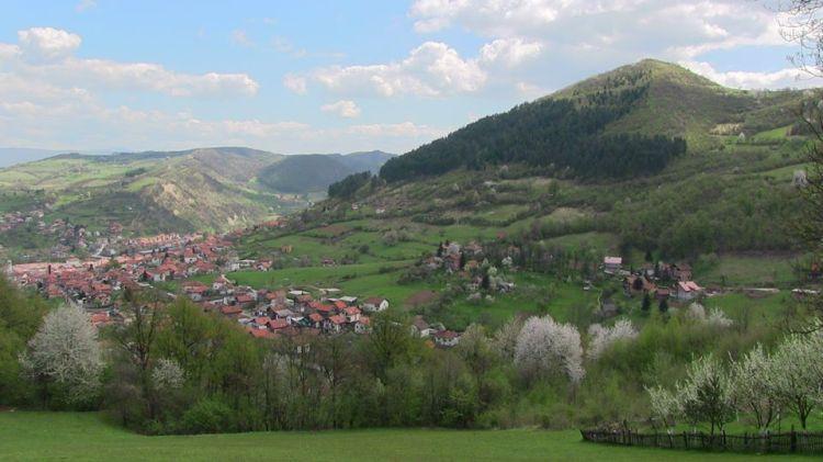 La pirámide del Sol de Bosnia en primavera, vista del ángulo sud/oeste.