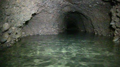 El túnel principal con un túnel bifurcándose a la izquierda y derecha
