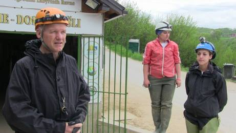 El dr. Semir con la geóloga y la arqueóloga