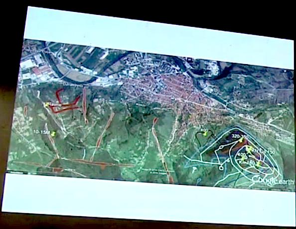 En esta imágen se ven claramente grandes túneles y cavidades entre la pirámide del sol de Bosnia y la entrada a los túneles de Ravne. El pueblo de Visoko se ve en la parte superior de la foto.