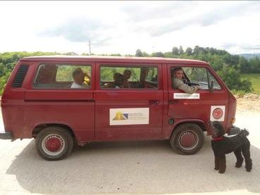 Una furgoneta para el transporte de voluntarios