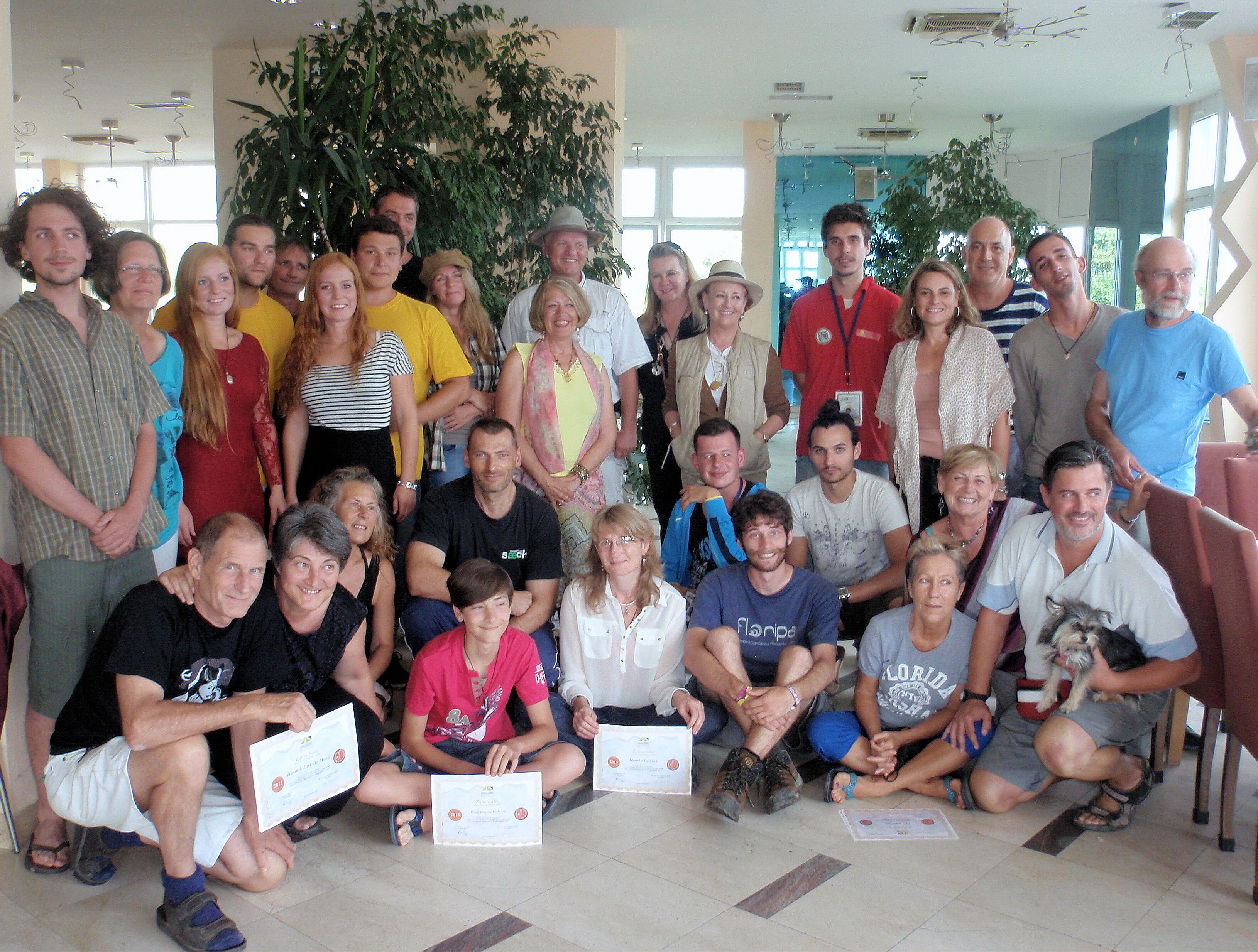 Foto grupal después de la entrega de los certificados por el dr. Semir Osmanagich a los voluntarios del 6º turno