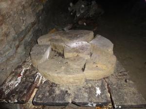Una piedra rednda que se encontró dentro del túnel KTK