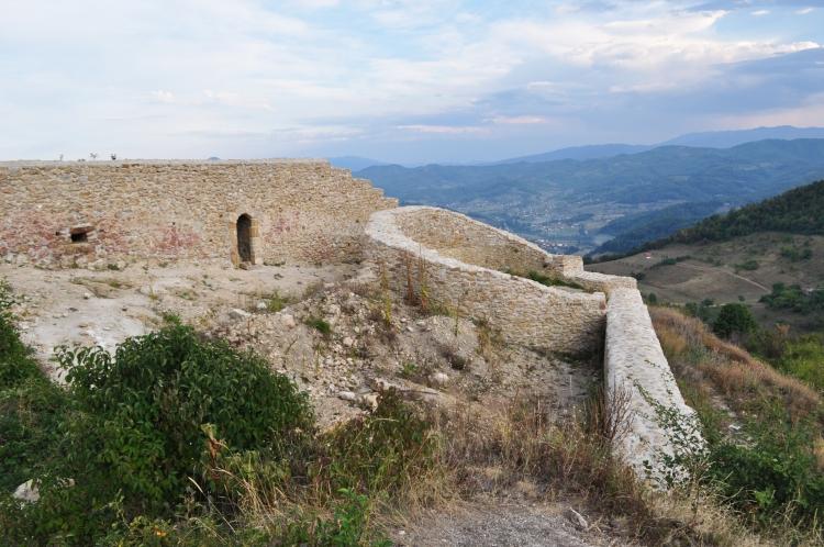 Ruinas del antiguo castillo medieval sobre la Pirámide del Sol de Bosnia