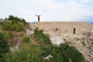 Ruinas del muro del antiguo castillo medieval sobre la Pirámide del Sol de Bosnia