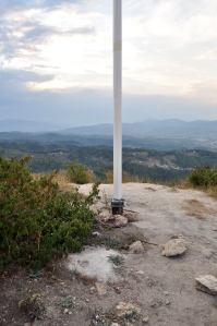 Pararayos o antena sobre el centro de la cima de la Pirámide del Sol de Bosnia