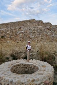 Ruinas y muro restaurado de un antiguo castillo mediaval sobre la cumbre de la Pirámide del Sol de Bosnia