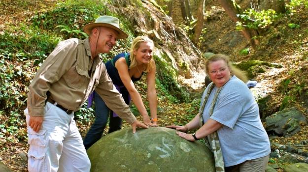 El dr. Semir Osmanagich junto a su esposa y una investigadora alemana, sientiendo la esfera de piedra