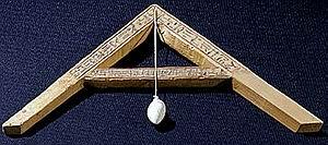 Escuadra con plomoada. Museo de El Cairo.