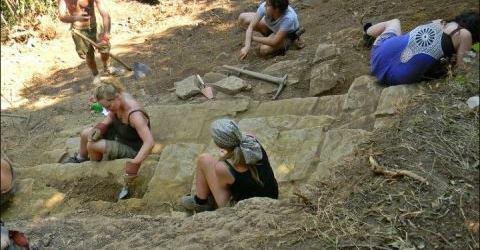 Voluntarios excavando sobre la Pirámide del Sol de Bosnia