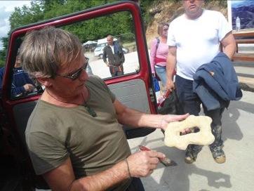 Tim Moon investigando un artefacto