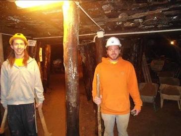 Voluntarios dentro del tunel 1