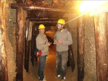 Voluntarios dentro del tunel 2