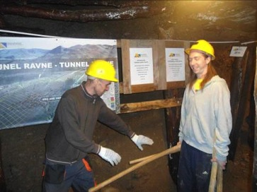 Voluntarios dentro del tunel 4