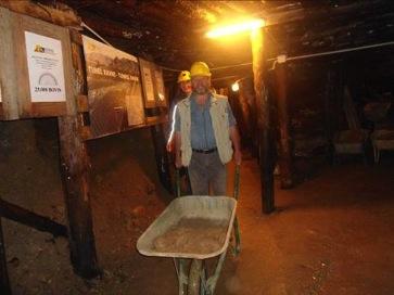 Voluntarios dentro del tunel 3