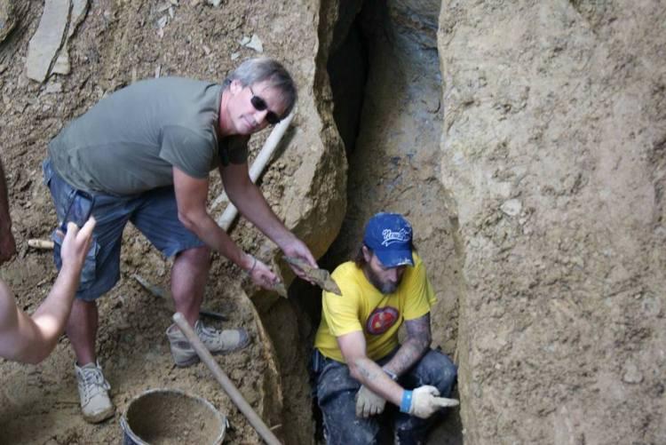 Investigando una grieta al interior de la Pirámide del Sol de Bosnia
