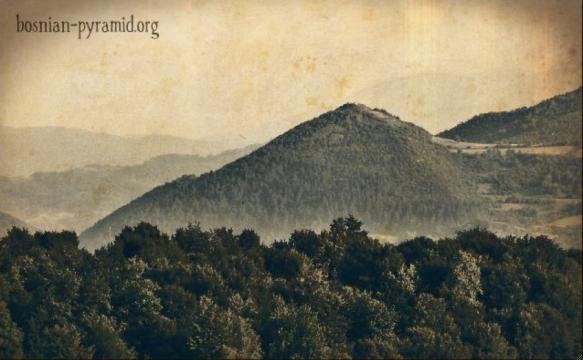 Una antigua foto de la pirámide del Sol de Bosnia (o la colina de Visosica)