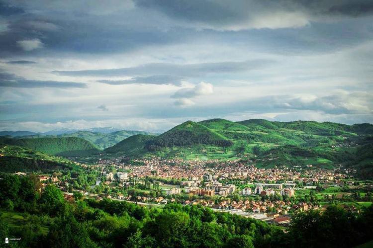 Vista panorámica sobre la ciudad de Visoko, el Valle y las Pirámides de Bosnia