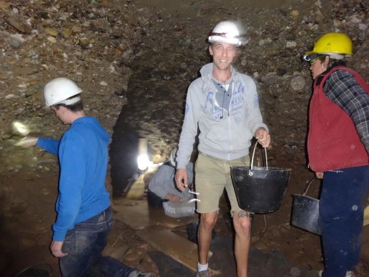 Voluntarios excavando en el K5