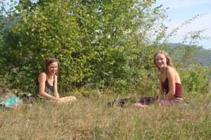 Un domingo bien merecido - me encontré a dos inglesas tomando el sol sobre un túmulus cerca de Visoko