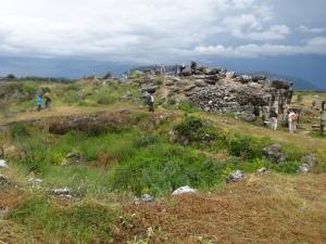 Dicen que en este sitio cuadrado se encontraba una pequeña pirámide, y las piedras fueron utilizadas para construir casas en un pueblo vecino.