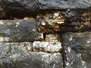 Aquí se pueden apreciar un corte de 90º en la piedra para encajar otra más pequeña