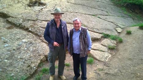 Erich von Däneken visitando la Pirámide del Sol con el dr. Sam S. Osmanagich