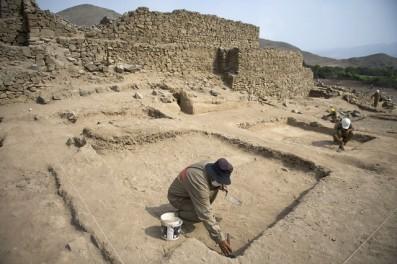 Los arqueólogos trabajan en el yacimiento arqueológico de El Paraiso en Lima.