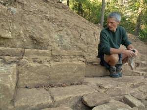 Jock Doubleday en una excavación de la pirámide del Sol de Bosnia