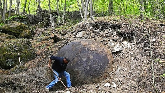 Suad Keserovic excavating the large stone ball-zavidovici-kugla-reuters-939x529.jpg