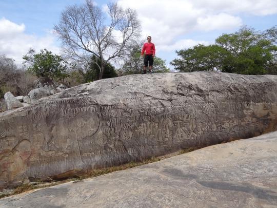 Alves Valdecy sobre la Piedra de Ingá – para que tenga la noción del tamaño del panel prehistórico.