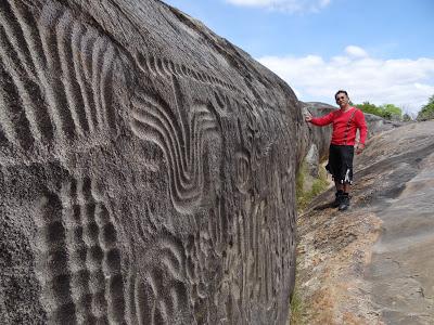 Valdecy Alves al lado de la Pedra de Ingá - Para dar una idea de escala