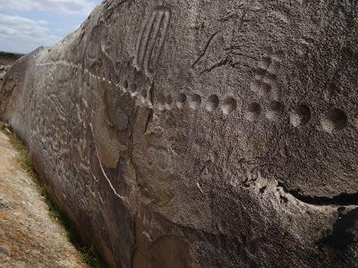 Los días simbolizados por pequeños puntos moldeados sobre la piedra