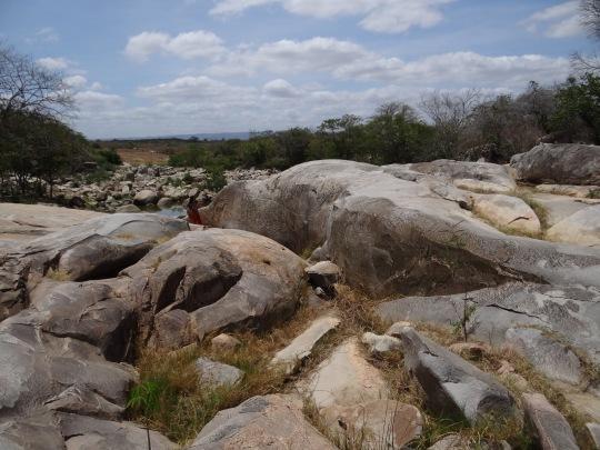 La piedra está en el medio del río Bacamarte – Actualmente seco – Sería necesario desviar el río para poder preservarla
