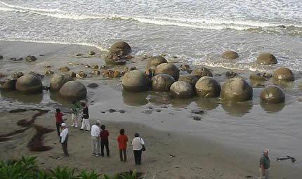 Esferas de piedra en la playa de Costa Rica