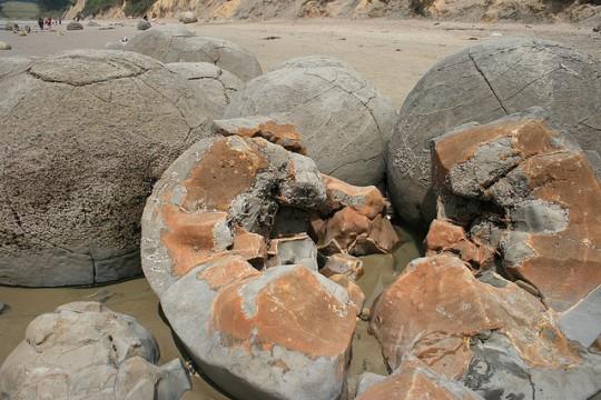Trozos de una esfera Moeraki