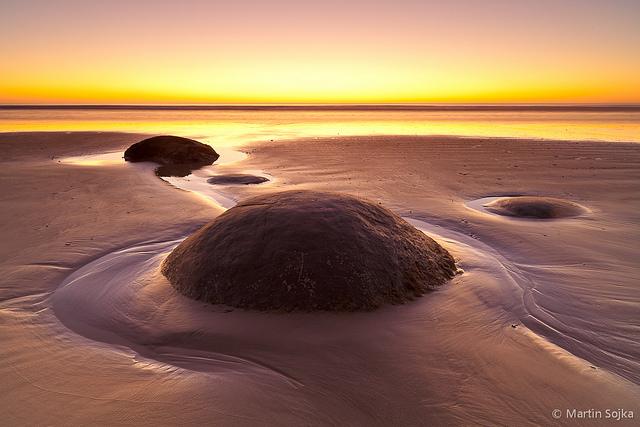 Tramonto sulla spiaggia di Moeraki sfere di pietra