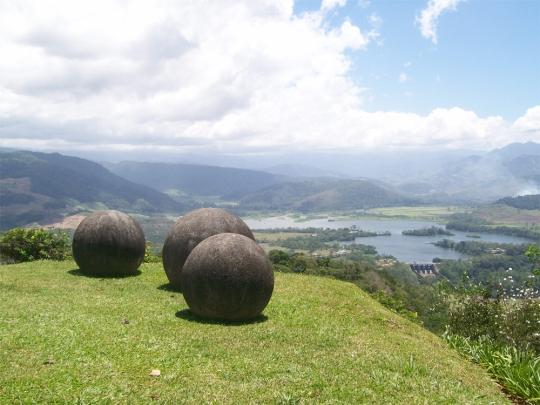 Esferas de piedra adornan un paisage - Costa Rica