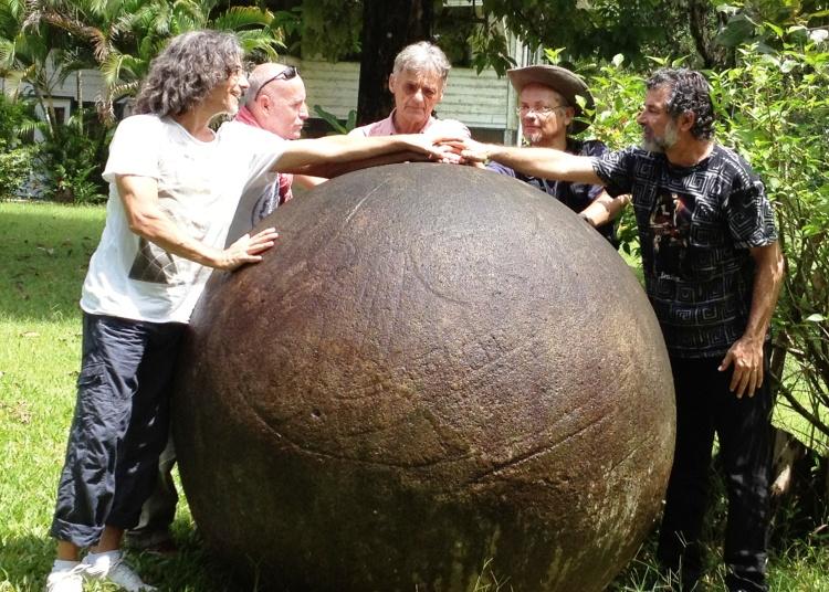 Esfera de piedra en la finca Victoria - Costa Rica
