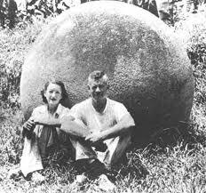 La arqueóloga estadounidense Doris Stone fue la primera en percatarse que en toda la zona del Diquís, no existen canteras del material utilizado en la fabricación de las esferas. Además pertenecen a ella las primeras observaciones de alineaciones.