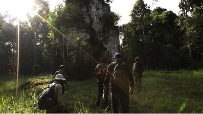 En búsqueda de ciudad: Damien Evans, centro, dirige un equipo de arqueólogos al templo Thom Dab. Foto: Nick Moir