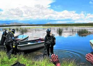 Los buzos belgas, expertos en arqueología subacuática, en uno de los ingresos al lago.