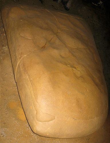 Megalito K-2 dentro del túnel Ravne