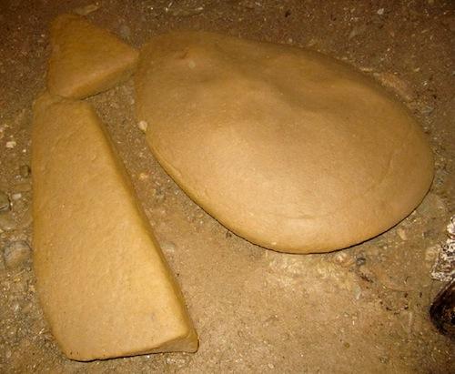 3 megalitos de diferentes formas, encontradas dentro del túnel Ravne