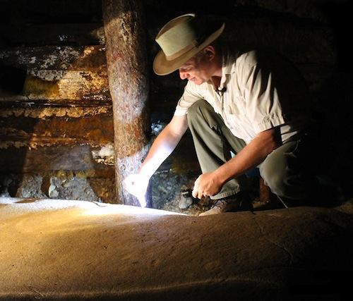 El descubridor dr. Semir Osmanagich, junto al gran megalito K-2