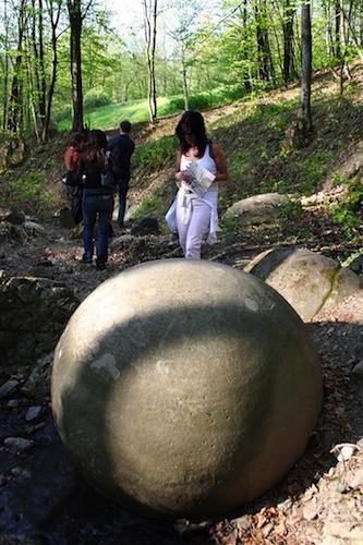 Una de las bolas de piedra en el bosque Zavidovići