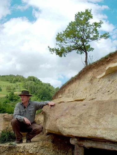 El dr. S. Osmanagich junto a un bloque de hormigón sobre el Túmulus de Vratnica