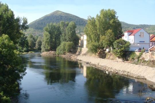 El río que atraviesa Visoko con la pirámide del Sol al fond
