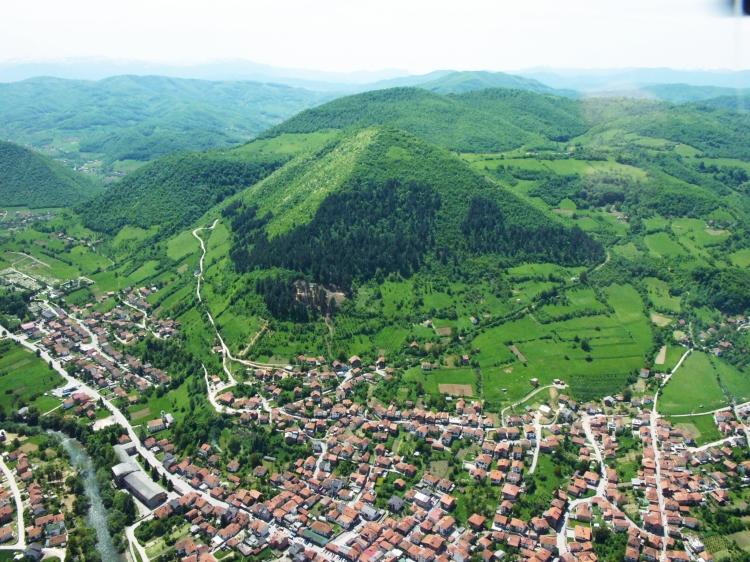 La Pirámide del Sol de Bosnia y el pueblo Visoko al pie de la colina